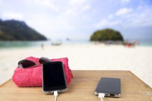 tips bawa hp liburan ke pantai